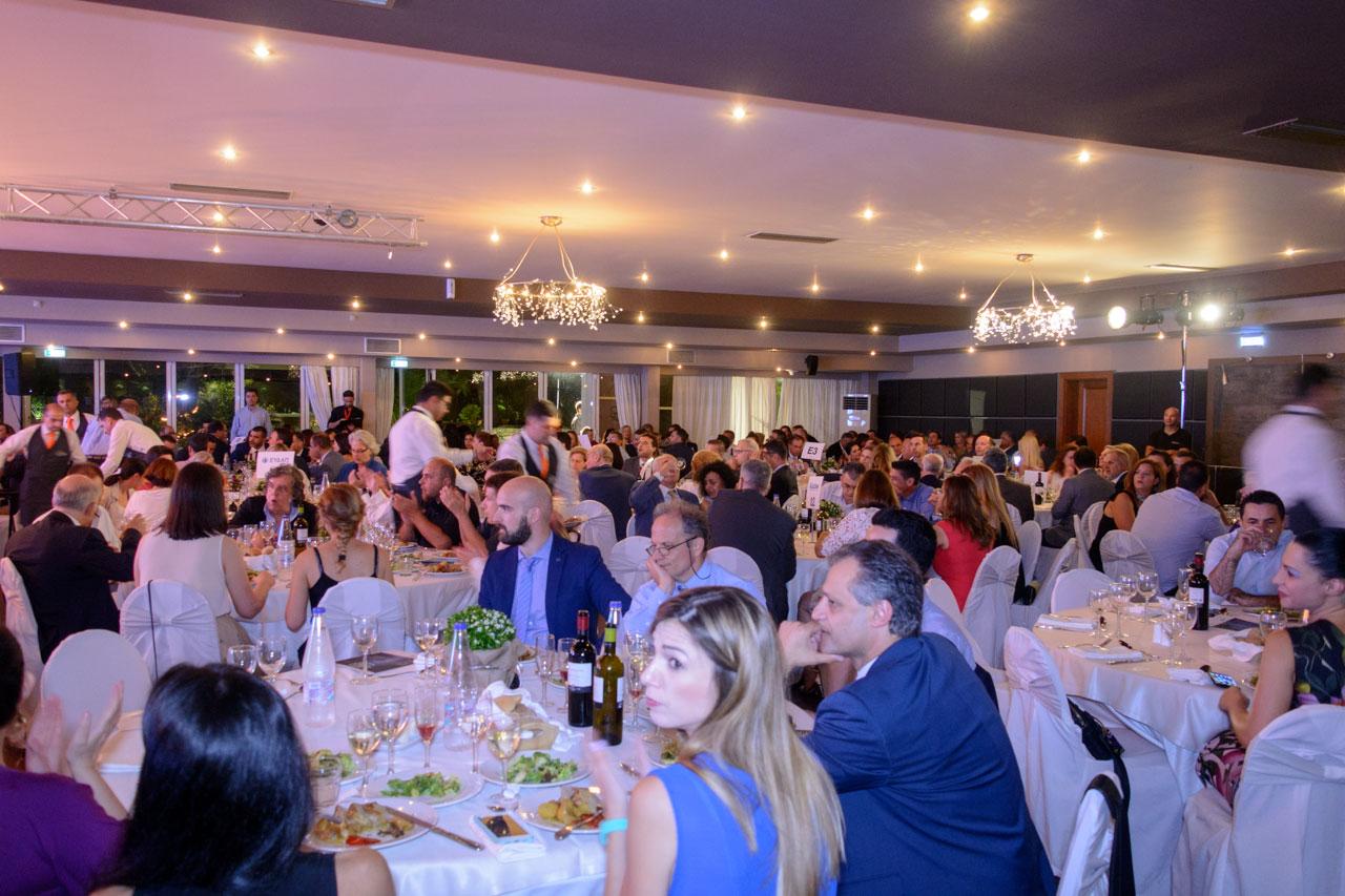 Πάνω από 300 στελέχη επιχειρήσεων και οργανισμών παρακολουθούν τις βραβεύσεις και απολαμβάνουν το μενού που σχεδίασε η Inspire events